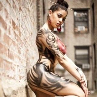 Dominicana usa su cuerpo como soporte publicitario en Nueva York