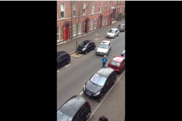 Desastroso intento de una mujer por estacionarse (Video)