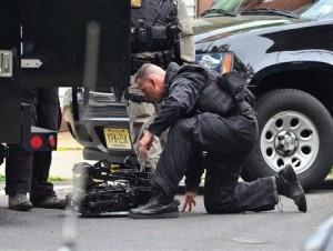 EEUU: Hombre armado mantiene rehenes en casa por 2do día