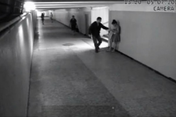 Sorprendente: La mujer que no se dejó robar su celular (Video)