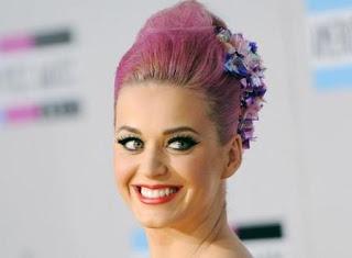 Katy Perry feliz de tirarse pedos frente a Robert Pattinson