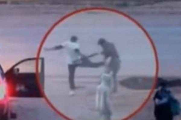¡Terrible! Soldado israelí descarga su furia contra trabajadores (Video)