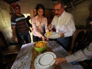 Medina come puré de apio con arenque en humilde casa