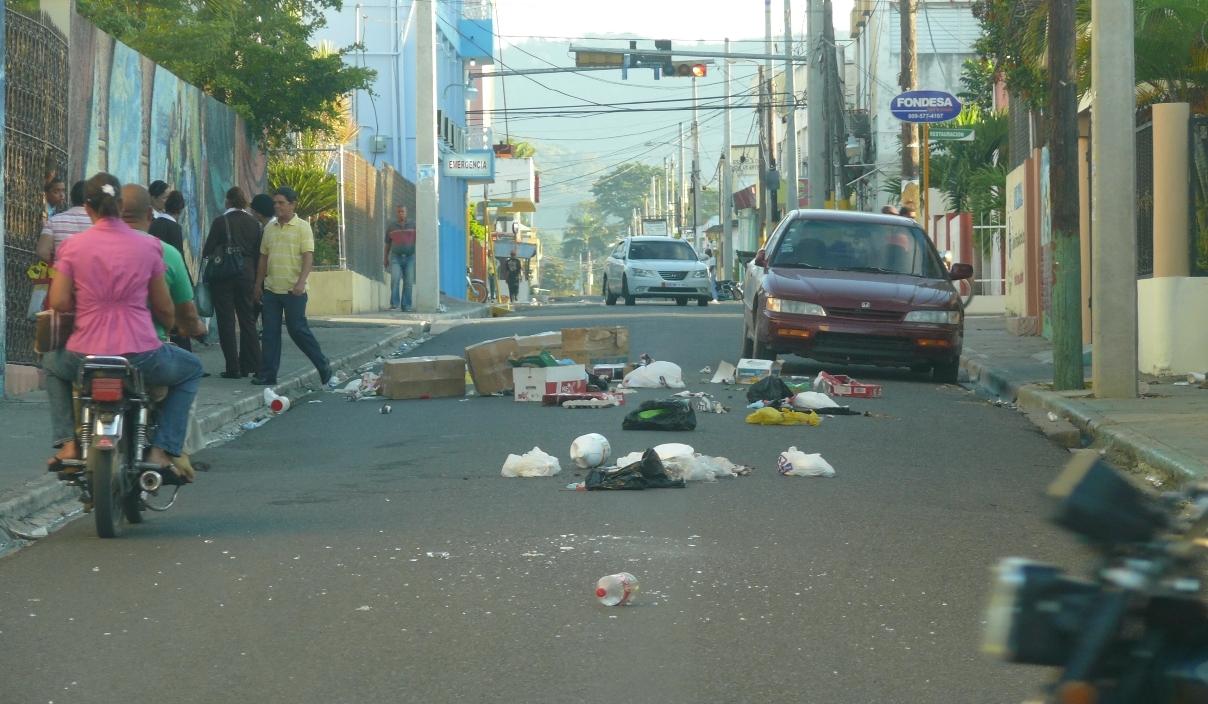 Atacan puesto de policía en Salcedo; evacuan familias