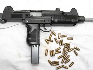Apresan en Santiago dos jóvenes con metralleta Uzi