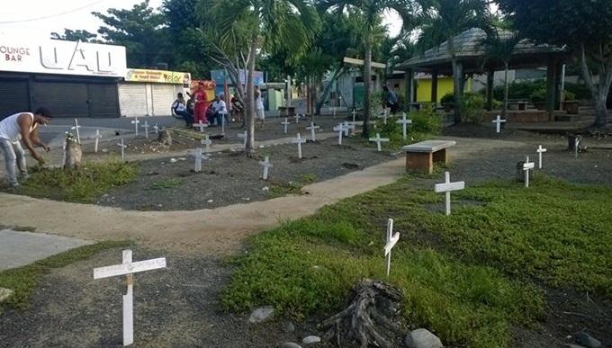En Los Alcarrizos, convierten parque en cementerio, en protesta a Junior Santos…