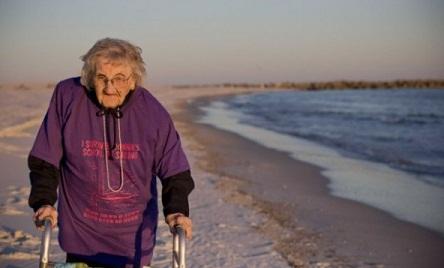 INCREÍBLE: Mujer de 100 años ve el mar por primera vez (Video)