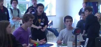 Joven bate récord al resolver cubo de Rubik en 5,2 segundos (Video)