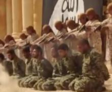 El video más salvaje de ISIS: adolescentes ejecutan a 25 soldados en un anfiteatro