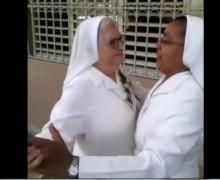 """Dos monjas """"fajá"""" bailando merengue. VIDEO…"""