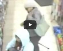 VIDEO: Madre compra en tienda antes de abandonar bebé en pesebre