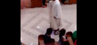 Suspenden a sacerdote que ofició misa desde patineta electrónica (video)