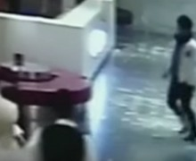 VIDEO: Un joven borracho se pelea con un ascensor… y el ascensor gana