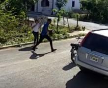 VIDEO: Mujer fue despojada de su cartera por motorista ¿Percepción?