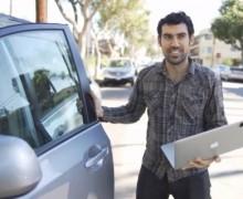 Hacker muestra lo fácil que es abrir con laptop un carro cerrado