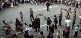 Haben Sie jemals gesehen, dass die Hymne der Freude von Ludwig van Beethoven auf der Straße gespielt? Eine Show…