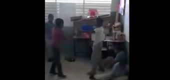 """Niños se """"abimban"""" a los puños ante la mirada indiferente de sus profesores. VIDEO…"""