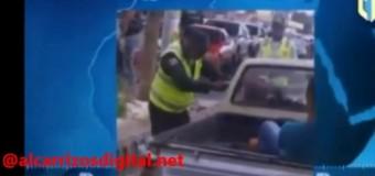 AGENTE DE AMET golpea conductor dentro de su vehículo. VIDEO…