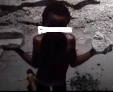 VIDEO: Niña es arrodillada bajo el sol y amenazada con un cuchillo como castigo