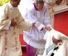 """VIDEO: El Papa Francisco se da """"estrallón"""" en una misa…"""