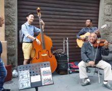 ¡IMPRESIONANTE! Turista se une a músicos callejeros y mira qué pasó. VIDEO…
