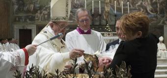 El papa Francisco pide a las madres dar el pecho durante misa