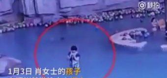 China: un niño de 4 años se ahogó mientras la madre estaba distraída con su celular