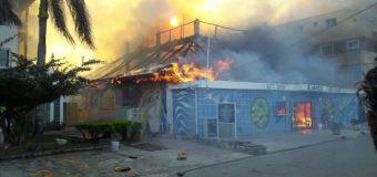 VIDEO: Voraz incendio afecta varios establecimientos en Bayahíbe…