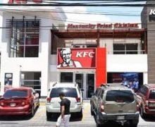 Policía apresa empleada de KFC y la acusa de planificar asalto a sucursal…
