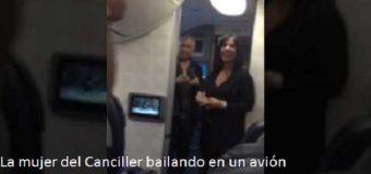 ¿QUÉ LE PARECE A UD. actitud de la mujer de Miguel Vargas bailando en un avión?