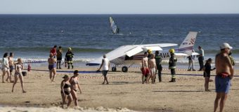 Avioneta realiza aterrizaje de emergencia en una playa y mata a dos bañistas