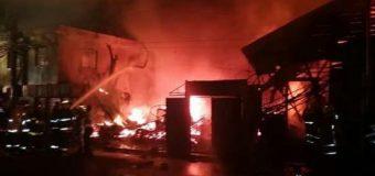 AHORA: Incendio afecta en estos momentos varios locales comerciales en Santiago