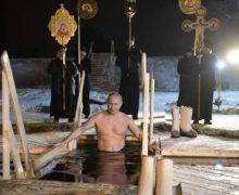 Vladimir Putin se baña en lago helado para celebrar la Epifanía…