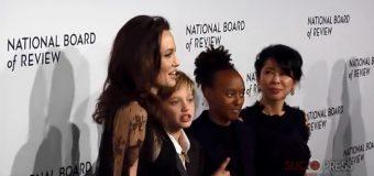 Angelina Jolie presume de sus hijas en una alfombra roja…