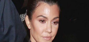 Kourtney Kardashian olvidó el brasier y su escote la traicionó en el peor momento