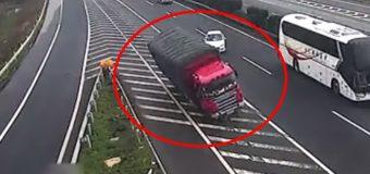 Provoca dos brutales accidentes de camiones y sigue su camino como si nada