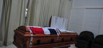 Bandera Nacional cubre ataúd de dominicano asesinado en Chile; está solo en una capilla