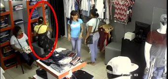 VÍDEO CAPTA grupo de mujeres robando pantalones en una tienda de Santiago…
