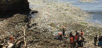 Retiran 60 toneladas de basura del Malecón, pero las olas traen más desechos
