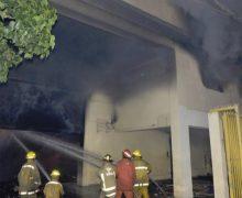 Incendio destruye almacén de motores y piezas automotrices en Villa Juana