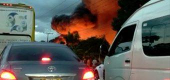 EN LA VEGA, incendio deja a decenas de personas varadas en la autopista Duarte