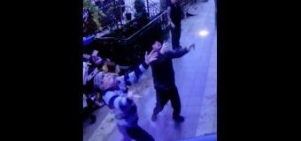 VIDEO: Una niña de 5 años cae de un quinto piso… en brazos de dos peatones