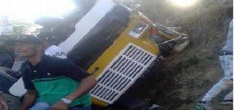 EN SANTIAGO, al menos 70 resultaron heridos al volcarse autobús