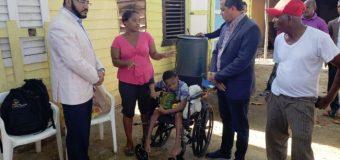 """Holguín llega como """"Santa Claus"""" donde niño discapacitado de Haina…"""