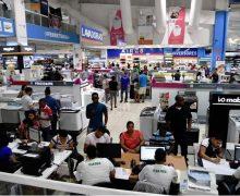 """Dominicanos piden """"fiao"""" para comprar regalos de las madres…"""