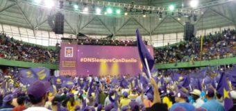 Cientos de personas en el Palacio de los Deportes apoyan reelección de Danilo…