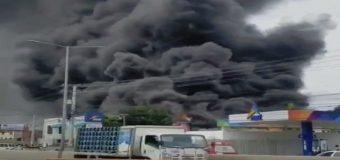 Fuego devora instalaciones de colchonería en Santo Domingo Este