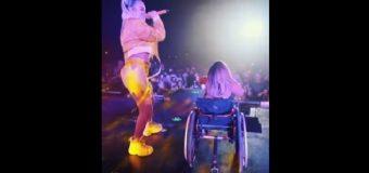 La joven en silla de ruedas que sorprendió a Karol G…