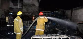Incendio reduce a cenizas local de venta de tinacos