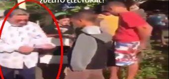 Amable Aristy Castro reparte decenas de papeletas de 200 y 500 pesos